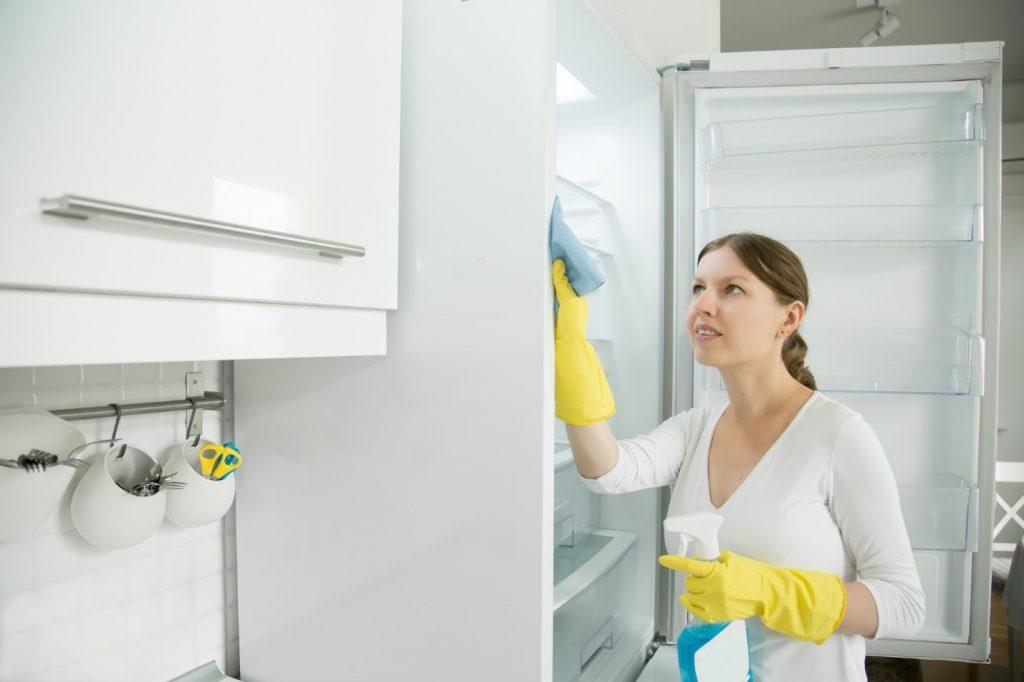 داخل یخچال را با دستمال و چند منظوره پاک کنید
