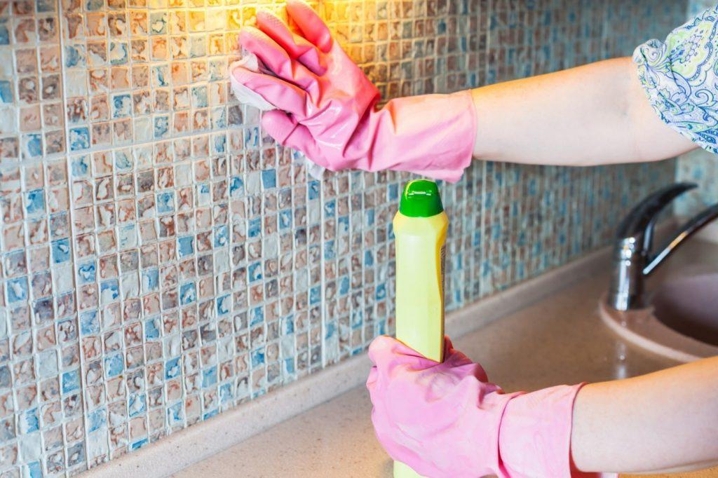ترفند ساده تمیز کردن کاشی آشپزخانه
