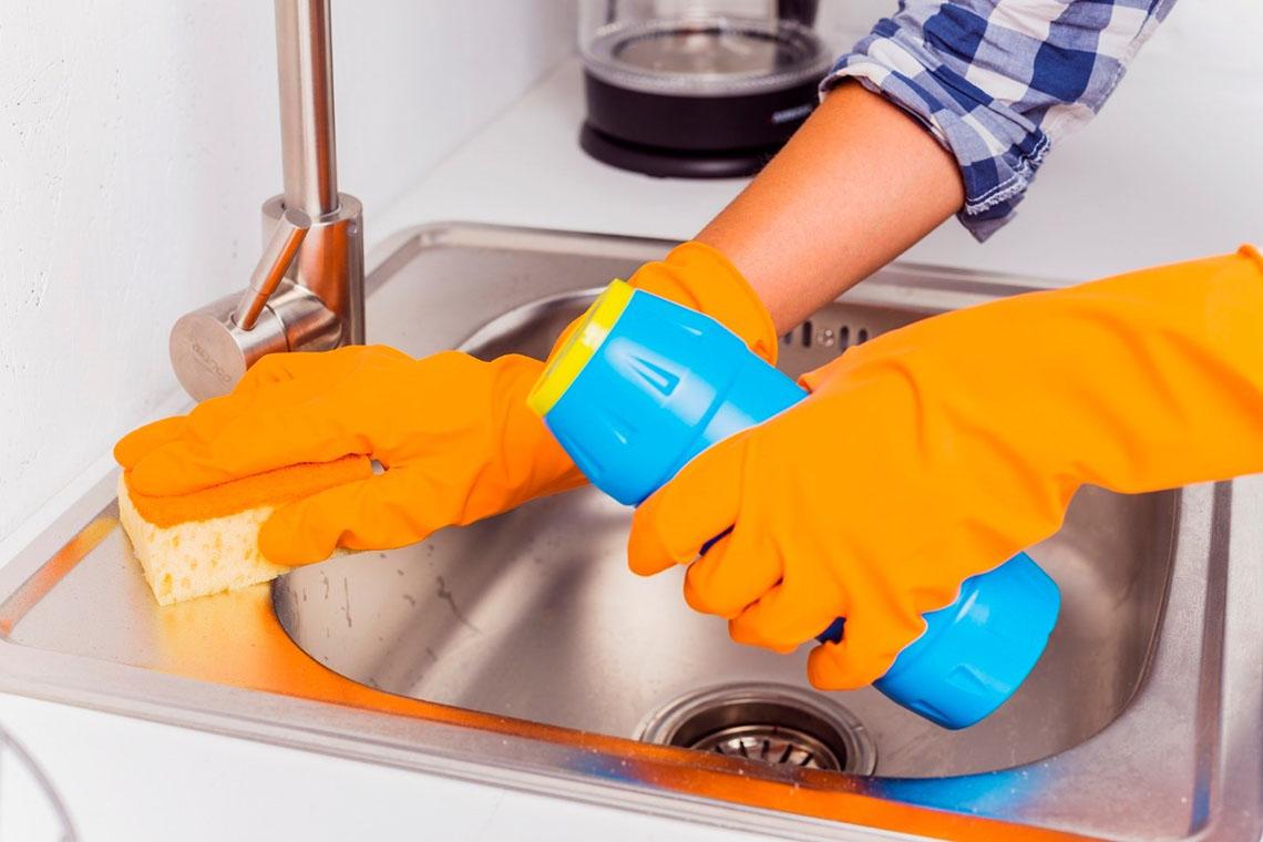 از بین بردن جوهر نمک روی سینک ظرفشویی