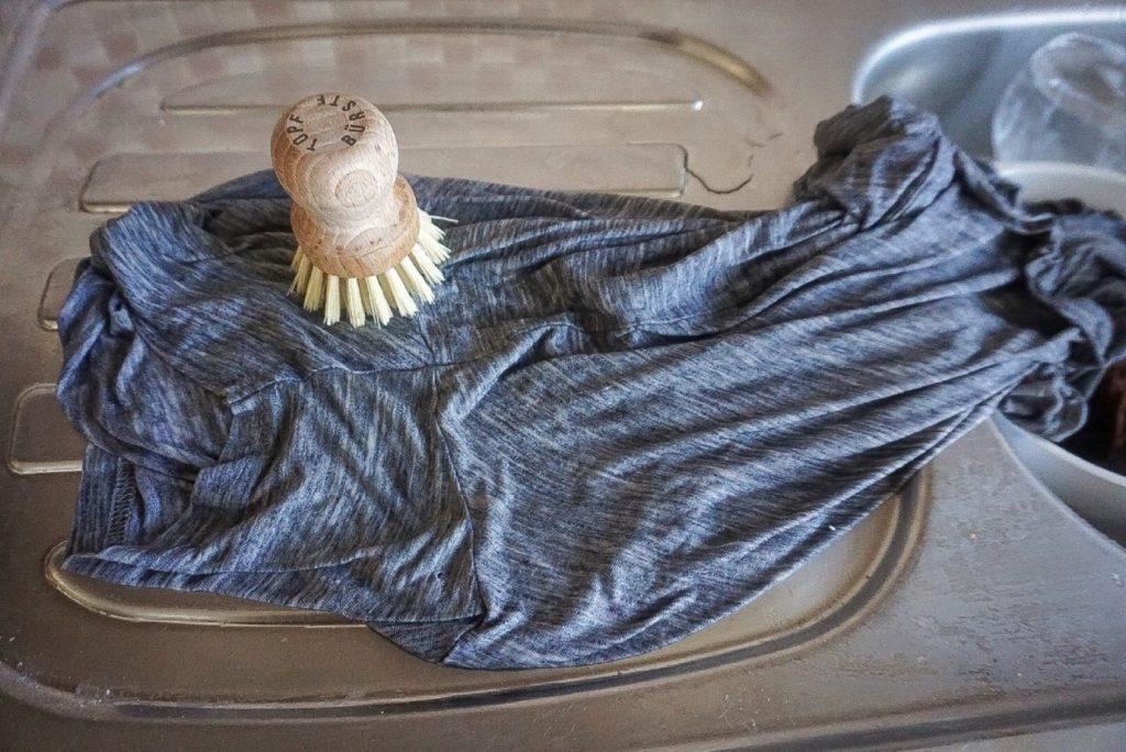 پاک کردن لکه عرق از روی لباس