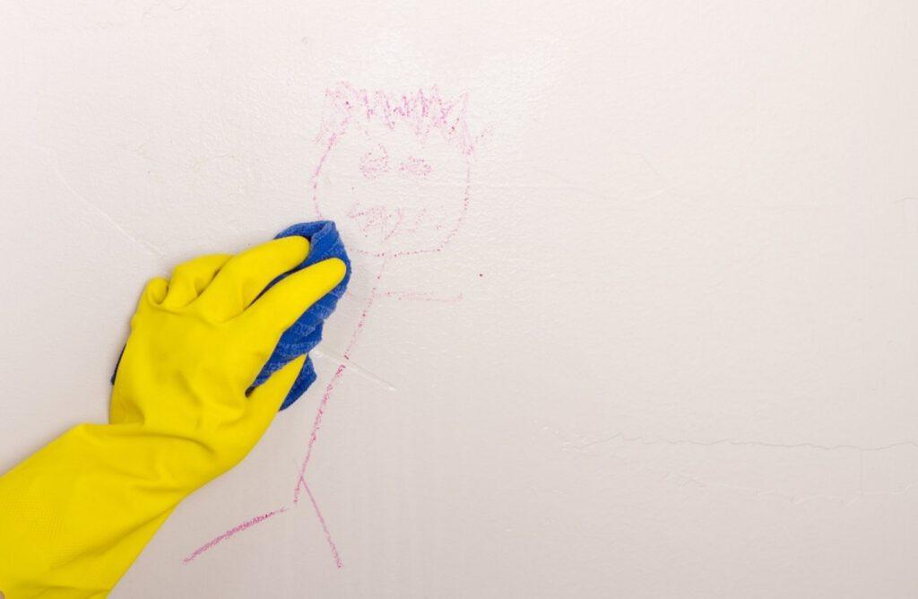 پاک کردن لکه مداد رنگی و مداد شمعی از روی دیوار گچی