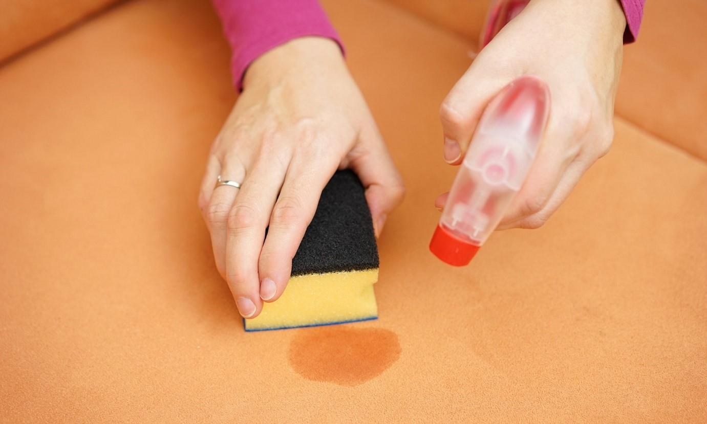 پاک کردن لاک از روی مبل