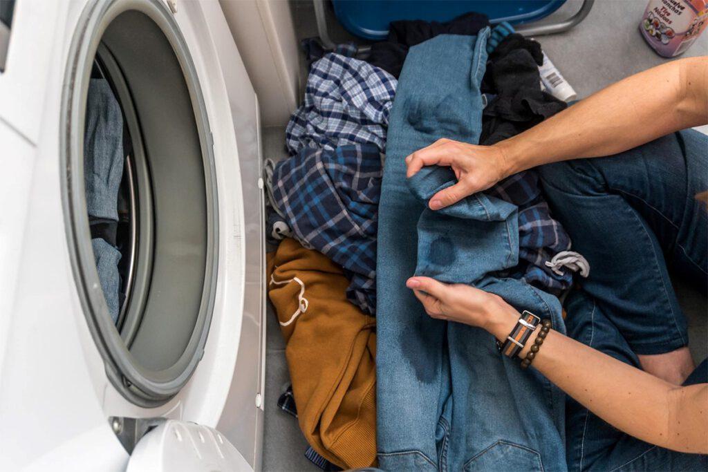 پاک کردن لکه آدامس از روی لباس با استفاده از بنزین
